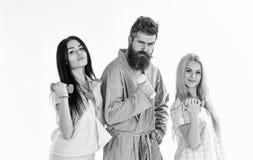 Conceito da manhã da aptidão Empresa dos amigos com pesos na roupa doméstica, isolada no fundo branco bearded fotografia de stock