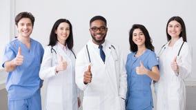 Conceito da medicina Doutores felizes Showing Polegar Acima imagem de stock