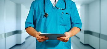 Conceito da medicina e de cuidados médicos globais Doutor irreconhecível que usa a tabuleta digital Diagnósticos e tecnologia mod foto de stock