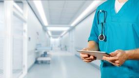 Conceito da medicina e de cuidados médicos globais O doutor guarda a tabuleta digital Diagnósticos e tecnologia moderna na clínic foto de stock royalty free