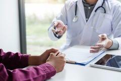 Conceito da medicina e dos cuidados médicos, professor Doctor que apresenta com referência a foto de stock