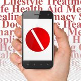 Conceito da medicina: Mão que guarda Smartphone com o comprimido na exposição Fotografia de Stock
