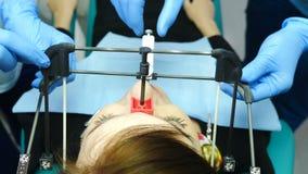 Conceito da medicina, da odontologia e dos cuidados m?dicos Parte do processo tecnologico dental Equipamento para TMJ que examina vídeos de arquivo