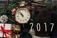 conceito da meia-noite do número do ano novo do sinal de 2017 textos vintag à moda Imagens de Stock Royalty Free
