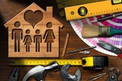 Conceito da melhoria home - ferramentas e casa do trabalho fotos de stock