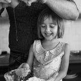Conceito da menina da padaria do bolo da massa da cookie da sobremesa da farinha Fotos de Stock