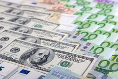 Conceito da moeda: Close up do europeu e das moedas fortes dos E.U. Imagem de Stock Royalty Free