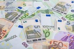 Conceito da moeda: Montão incoerente da moeda europeia das cédulas Fotos de Stock Royalty Free