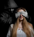 Conceito da morte: mulher surpreendida pelo homem mau Fotografia de Stock Royalty Free