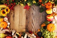Conceito da natureza do outono Frutas e legumes da queda na madeira Obrigado fotos de stock