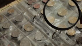 Conceito da numismática Coleção das moedas dos países diferentes no álbum video estoque