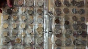 Conceito da numismática Coleção das moedas dos países diferentes no álbum filme