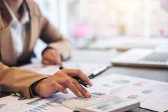 Conceito da operação bancária da contabilidade do financiamento do negócio, doi da mulher de negócios foto de stock