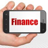 Conceito da operação bancária: Mão que guarda Smartphone com finança na exposição Imagem de Stock Royalty Free