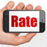 Conceito da operação bancária: Mão que guarda Smartphone com taxa na exposição Imagem de Stock Royalty Free