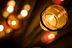 Conceito da oração e da esperança Luz cor-de-rosa retro da vela nos glas de cristal foto de stock