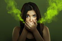 Conceito da ozostomia da mulher com mau hálito imagens de stock