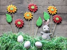 Conceito da Páscoa: coelho do luxuoso, flor do pão-de-espécie e grama de papel Foto de Stock Royalty Free