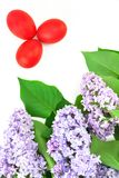Conceito da Páscoa com ovos e o lilás vermelhos Foto de Stock