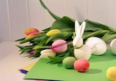 Conceito da Páscoa, tulipas da mola e coelho da porcelana fotos de stock