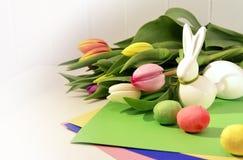 Conceito da Páscoa, tulipas da mola e coelho da porcelana foto de stock royalty free