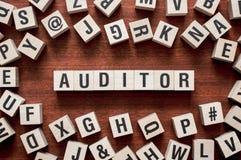 Conceito da palavra do auditor em cubos fotos de stock