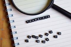 Conceito da palavra Translate em cubos de madeira com os livros no fundo fotografia de stock