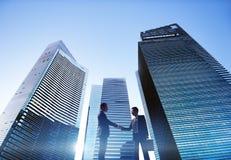 Conceito da parceria do aperto de mão da arquitetura da cidade dos homens de negócios Fotografia de Stock