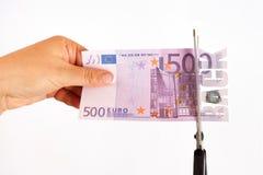 Conceito da parte traseira do dinheiro As tesouras cortaram a cédula parte traseira da inscrição de 500 euro Imagens de Stock