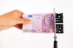 Conceito da parte traseira do dinheiro As tesouras cortaram a cédula parte traseira do dinheiro da inscrição de 500 euro Fotografia de Stock