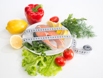 Conceito da perda de peso da dieta. Bife salmon fresco para o almoço Fotografia de Stock Royalty Free