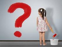 Conceito da pergunta da criança A menina da criança tira o ponto de interrogação na parede fotografia de stock