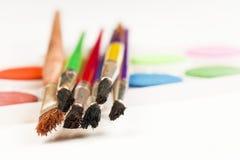 Conceito da pintura, das escovas e da pintura em um fundo branco Foto de Stock Royalty Free