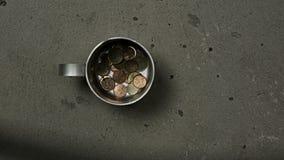 Conceito da pobreza com caneca da lata filme