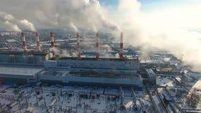 Conceito da poluição do ar Central elétrica com fumo das chaminés Tiro do zangão