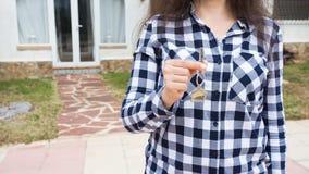 Conceito da posse, da propriedade e do inquilino - chave na mão fêmea para a casa nova e bens imobiliários imagens de stock royalty free