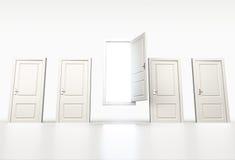 Conceito da possibilidade e da oportunidade Fileira de portas brancas fechadas Ligh Fotografia de Stock Royalty Free
