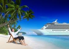 Conceito da praia de Relaxation Vacation Outdoors do homem de negócios fotografia de stock royalty free