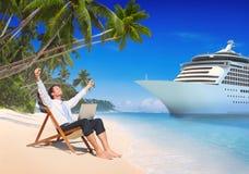Conceito da praia de Relaxation Vacation Outdoors do homem de negócios imagens de stock royalty free