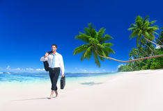 Conceito da praia de Walking Along Tropical do homem de negócios Fotos de Stock Royalty Free