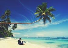 Conceito da praia de Working Laptop Summer do homem de negócios imagem de stock