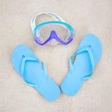 Conceito da praia - falhanços de aleta e máscara azuis do mergulho na areia Foto de Stock