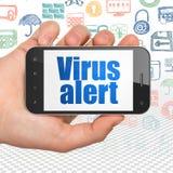 Conceito da privacidade: Entregue guardar Smartphone com alerta do vírus na exposição Foto de Stock