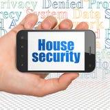 Conceito da privacidade: Entregue guardar Smartphone com segurança da casa na exposição Fotos de Stock Royalty Free
