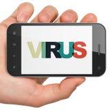 Conceito da privacidade: Mão que guarda Smartphone com o vírus na exposição Imagens de Stock