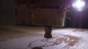 Conceito da produ??o e do woodworking Cortando a madeira com as m?quinas de tritura??o do CNC vídeos de arquivo