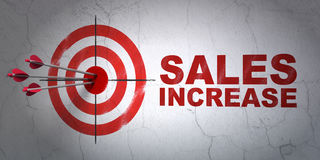 Conceito da propaganda: aumento do alvo e das vendas no fundo da parede Imagens de Stock