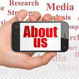 Conceito da propaganda: Entregue guardar Smartphone com aproximadamente nós na exposição Imagem de Stock