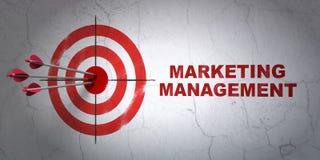 Conceito da propaganda: gestão do alvo e de mercado no fundo da parede Fotos de Stock