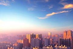 Conceito da proteção ambiental: cidades grandes com ar severamente poluído imagens de stock
